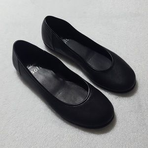 "Clarks ""cushion soft"" black leather ballet flats"